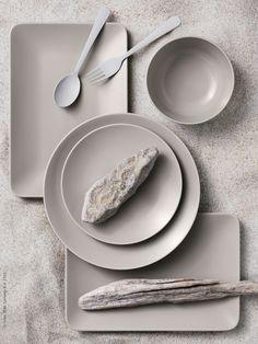 Serien DINERA med sin enkla form, dämpade färg och matta glasyr ger en rustik känsla och lyfter fram maten på bordet. DINERA servis i 18 delar, DINERA tallrik, DINERA skål, DRAGON bestick i rostfritt stål, här målade i gråvitt för att framhäva formen. Ceramic Tableware, Kitchenware, Ikea Dinner Table, Contemporary Tea Sets, Ikea Kitchen Accessories, Ikea Inspiration, Minimalist Kitchen, Serving Dishes, Dinnerware