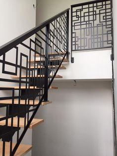 Staircase Railing Design, Modern Stair Railing, Wrought Iron Staircase, Home Stairs Design, Stair Handrail, Modern Stairs, Railing Ideas, Flur Design, Balkon Design