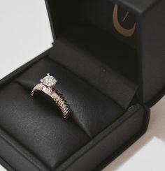 Anillo de compromiso realizado en oro blanco son diamante corte brillante. Diseño único realizado a mano.
