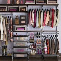 un closet simple pero bien organizado.