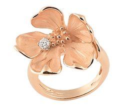 Золотое украшение, в котором сочетается красота, нежность, легкость. Цветочная тематика в ювелирных украшениях – удивительное воплощение чудес природы. Нежное цветение персика на золотом кольце подарит вечную весну в вашем сердце.