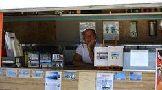 Un furgone davanti alla spiaggia, attrezzato per lo street food, ma con l'extra di una piccola biblioteca da offrire alla clientela. Così