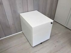 Bisley white metal standard mobile pedestals with 1 x shallow drawer and 1 x filing drawer.