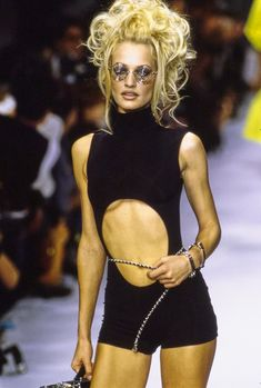 Chanel Spring 1996 Ready-to-Wear Fashion Show - Vogue 90s Fashion, Runway Fashion, Fashion Models, High Fashion, Fashion Show, Vintage Fashion, Chanel Runway, Vogue, Chanel Spring