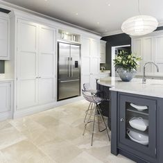 This sleek painted kitchen is a contemporary twist on a traditional shaker style featuring bespoke cabinetry and dark oak kitchen dresser. Open Plan Kitchen Living Room, Kitchen Family Rooms, Home Decor Kitchen, Kitchen Interior, Kitchen Ideas, Kitchen Dresser, Kitchen Paint, Kitchen Tile, Kitchen Island