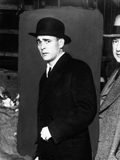 The Prohibition Story In Photos: - Flashbak Real Gangster, Mafia Gangster, Mystery Dinner Theater, Dinner Theatre, Us History, American History, 1920s Gangsters, Al Capone, Past Tense