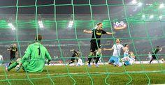 Euro-L./ AF: Gladbach-Schalke 2:2 - Das 1:0 : Gefühlswelten: Jannik Vestergaard obenauf, Benedikt Höwedes am Boden.