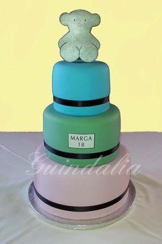 Una tarta de 3 pisos para un 18 aniversario de una chica que le encanta Tous.