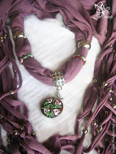 """Cachecóis e lenços feitos à mão.  Mestres justo - cachecol feito à mão - colar """"roxo"""" com pingente e anéis lampwork e franja.  Handmade."""