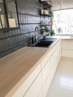 kvik Mano kitchen, white kitchen cabinet with light wooden ash worktop, white kitchen cabinet black wall, valkoinen keittiön kaapisto mustalla seinällä, kvik mano gloss keittiön kaapisto, valkoinen kaapisto puutasolla,
