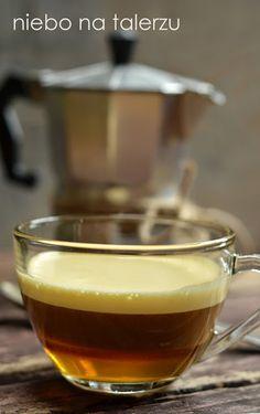 Kawa po kapitańsku - a jej składzie mamy mocny napar, brandy albo koniak i kogel- mogel. Na rozgrzanie, jako deser, na jesienne chandry - idealna.