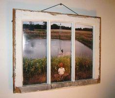 Fenêtre et cadre photo Allons à l'encontre de nos réflexes qui sont de respecter les divisions d'un espace. Le fait de disposer une seule image dans les différentes zones de cette fenêtre apportera d'avantage d'emphase sur notre sujet! Et si l'on souhaite se la jouer old school, laissez du mou à la cordelette qui suspendra votre nouveau cadre au mur.