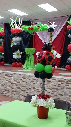 Balloon arch Balloon Table Centerpieces, Balloon Arrangements, Baby Shower Centerpieces, Balloon Decorations, Cute Birthday Ideas, Baby 1st Birthday, Baby Ladybug, Ladybug Party, Balloon Columns