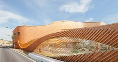 costruita a Saint-Denis, Francia,  Paul Le Quernec architetti  ha progettato il 'Niki de Saint-Phalle - petits Cailloux' complessa istruzione. l'edificio a forma di trifoglio ospita una scuola materna e primaria che sono stati sviluppati considerando i diversi modi di insegnamento di queste istituzioni
