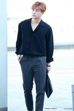 Kim Jinhwan: Boi he's just a tad daddy yaknow Ikon Kpop, All Black Fashion, Airport Style, Airport Fashion, Korean Fashion Men, Fall Fashion Trends, Fashion Bloggers, Petite Fashion, Curvy Fashion