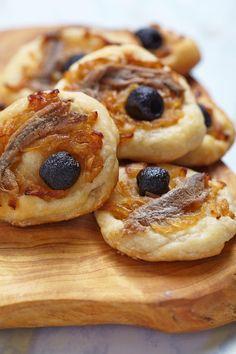 Mini pissaladiére pour l'apéritif à servir chaud ou froid avec le rosé ou le pastis Yummy Mummy, Hors D'oeuvres, Doughnut, Kids Meals, Entrees, Tapas, Catering, Waffles, Bbq