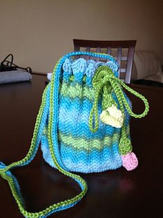 This purse is very easy and fast to make, but its pattern with the right thread gives it a unique look.