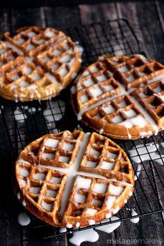 Oh my goodness! Gingerbread Yogurt Waffles with Powdered Sugar Glaze... these sound DELICIOUS! {via @melaniebauer} /ES