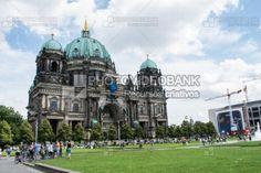 Alemanha - Berlim | PHOTOVIDEOBANK Alemanha – Berlim, por Larah Vidotti, locais históricos de Berlim, Berliner Dom, catedral de Berlim, na Ilha Spree ou Ilha dos Museus, em Mitte. Edifícios históricos, arquitetura antiga.