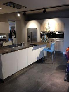 Keuken met eiken gebandzaagde fronten in combinatie met dekkend wit gespoten composiet blad - Moderne amerikaanse keuken ...