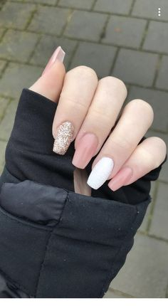 Apr 2020 - 25 Elegant White Nail Art Ideas that You will Love for Winter: Now is the time to beautify your nails with a white winter theme. Having an elegant white nail art is a beauty in itself this season. Gold Gel Nails, Gold Nail Art, Simple Acrylic Nails, White Nail Art, Rose Gold Nails, Summer Acrylic Nails, Best Acrylic Nails, Aycrlic Nails, Pink Nails