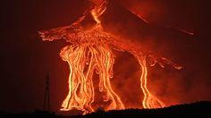 Mit der Macht von 500 Hiroshima-Atombomben sprengt das Magma die Erddecke. Aus der klaffenden Wunde schießt eine 30 Kilometer hohe Glutsäule hervor und krempelt mit einem Mal das Erdinnere nach außen. Apokalyptischer Ascheregen vernebelt die Sicht, schleudert tödliche Lava- und Gesteinsbrocken. Und als hätte sich die Unterwelt damit noch nicht genug ausgetobt, begräbt eine Glutlawine mit einer Geschwindigkeit von 400 Stundenkilometern alles unter ihrer tödlichen Decke, was sich ihr in den…