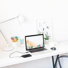 Domowe biuro, białe ściany, białe biurko