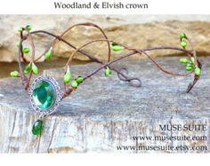 Tiara Fantasía con camafeo de cristal y lágrima de swarovski elements.    #elven #elvish #elf #elfic #boho #pagan #wicca #witch #elfico #elfica #bosque #forest #tiara #corona #crown #diadem #diadema #headpiece #fantasy #fantasía #joyas #elficas #musesuite #muse #goth #gothic #alternative #elegant #glamour #suite #flower #flores #silver #plata #swarovski #cristales #crystal #fashion #moda #fantasy #idea #elegant #gift #style