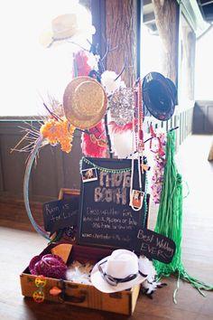 Sombreros divertidos, gafas de fiesta,corbatas de lentejuelas... Todo para tu photocall