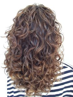 To have beautiful curls in good shape, your hair must be well hydrated to keep all their punch. You want to know the implacable theorem and the secret of the gods: Naturally curly hair is necessarily very well hydrated. Curly Hair Care, Short Curly Hair, Wavy Hair, Curly Hair Styles, Natural Hair Styles, Curly Hair Layers, Wavy Curls, Perms For Long Hair, Wavy Layered Hair