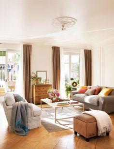 Comedor clásico en blanco con dos sofás enfrentados y doble cortina