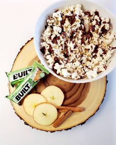 Are you looking to add some sweetness to your popcorn? Here's a great drizzled popcorn recipe that also incorporates protein. Ingredients: 2 cups of air popped popcorn sprinkled with sea salt, 1/4 cup milk or almond/soy milk, 1 protein Built Bar of your choice. On low heat in a saucepan, melt your Built Bar with 1/4 cup of milk. Once melted, drizzle over the popcorn and enjoy! Protein Bar Recipes, High Protein Snacks, Protein Bars, Healthy Snacks, Kayla Fitness, Chocolate Drizzled Popcorn, Air Popped Popcorn, Popcorn Recipes, Soy Milk
