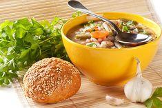 Орзо – так в Италии называют крупу, которую мы привыкли звать «перловой». Итальянцы сочетают в своих блюдах перловую крупу и бобовые – как говорится, приятное с полезным. Предлагаем Вам испробовать итальянский суп и обычной перловой крупы и фасоли.