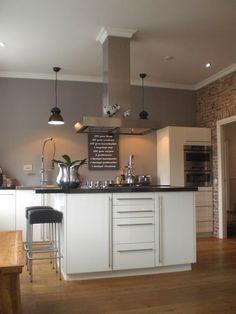 Stilvolle Küche. Grau Wandfarbe zu weißer Küche. #KOLORAT #Wandgestaltung #Küche