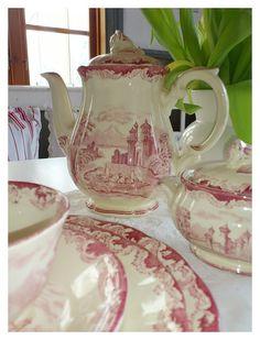 'Bengali', Rörstrand | Ljusa drömmar på landet Vit, Love Blue, Porcelain Ceramics, Tea Sets, Beautiful Kitchens, Afternoon Tea, Cup And Saucer, Dinnerware, Red And White