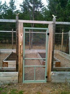Beautiful Garden Fences and Walls Ideas Use a screen door. Good idea to keep the deer out !Use a screen door. Good idea to keep the deer out ! Diy Dog Fence, Deer Fence, Fence Gate, Aesthetic Couple, Outdoor Planter Boxes, Genius Ideas, Raised Garden Beds, Raised Beds, Fenced Garden