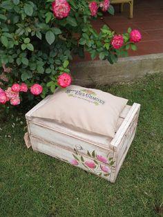 Cajón rustico decorado con rosas vintage.