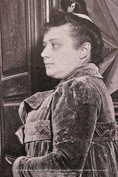 Camille Claudel dans son atelier à Paris, quai Bourbon, v. 1905 — exp. Claudel, Musée La Piscine, Roubaix