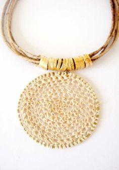 Necklace crochet - handmade straw buriti and banana fiber.     Altura apx (fechado)  27cm +4cm extensor  Altura Mandala apx 6cm R$52,00
