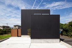 外壁はブラックのガルバリウム鋼板を使用。2個のボックスを組み合わせたシンプルな外観。 Outdoor Furniture, Outdoor Decor, Outdoor Storage, Facade, Architecture, Simple, Design, House, Vintage