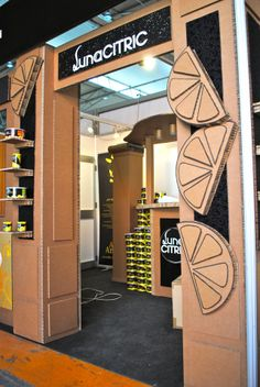 [gallery] Stand realizado en cartón para Luna Citric, en Alimentaria -2012. Mesas, barra de bar, paredes, columnas… todo hecho a mano en cartón Jose Orna