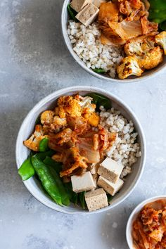 These chili roasted cauliflower, brown rice & kimchi bowls are balanced & nutritious. Featuring vegan kimchi and spicy cauliflower florets! Spicy Roasted Cauliflower, Vegan Cauliflower, Baked Tofu, Tofu Recipes, Salad Recipes, Vegetarian Recipes, Healthy Recipes, Vegetarian Dinners, Chili