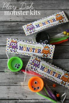 Halloween Play-Doh Monster Kits w/ Free Printable These adorable little Halloween Play-Doh Monster Kits are the perfect treat for the classroom this October or as favors for a Monster Birthday Party! Bonbon Halloween, Halloween Class Party, Fete Halloween, Halloween Birthday, Halloween Activities, Holidays Halloween, Halloween Favors, Halloween Treats For School, Kindergarten Halloween Party