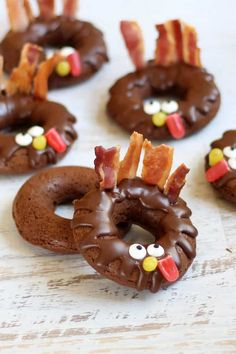 For the perfect Thanksgiving breakfast treat or fun food idea: BAKED CHOCOLATE DONUT TURKEYS. Bacon feathers, candy eyes. Video recipe. #thanksgiving #donuts #chocolatedonuts #bakeddonuts #turkey #funfood #thanksgivingfunfood