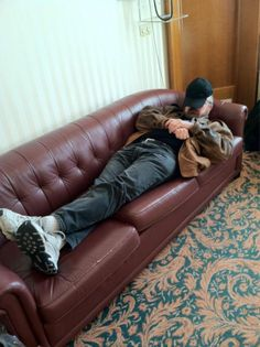 taking pics of people sleeping in the green room Sebastian Roche, Jim Beaver, Supernatural Jensen, Jensen Ackles Jared Padalecki, People Sleeping, Mark Sheppard, Army Men, Green Rooms, Scene Photo