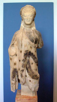 Kore ~  ca. 520 vC. ~  Uit Chios ~  Hoogte 55,5 cm. ~  Acropolis Museum, Athene