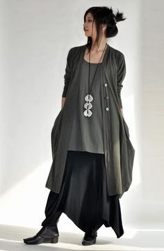 Elegant Oversize Grey And Black Outfit For Fall With Necklace