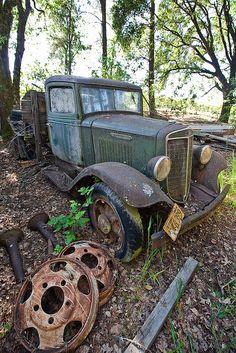International truck, abandoned into the forest, vintage trucks Farm Trucks, Cool Trucks, Pickup Trucks, Abandoned Cars, Abandoned Places, Abandoned Vehicles, Rat Rods, Danny Zuko, Rust In Peace