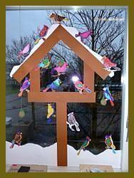 Leuk al die kleurige vogels, samen in voederguisje winterSamen met hele klas. Leuk al die kleurige vogels, samen in voederguisje winter Winter Art Projects, Winter Project, Decoration Creche, Winter Thema, Art For Kids, Crafts For Kids, Birdhouse Craft, Bird Crafts, Winter Kids
