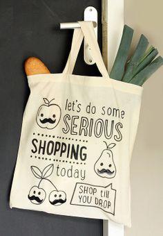 Maak zelf een hip linnen tasje met grafisch print en knopen in de vorm van een snor. Kijk voor gratis zelfmaakidee op CraftKitchen.nl.
